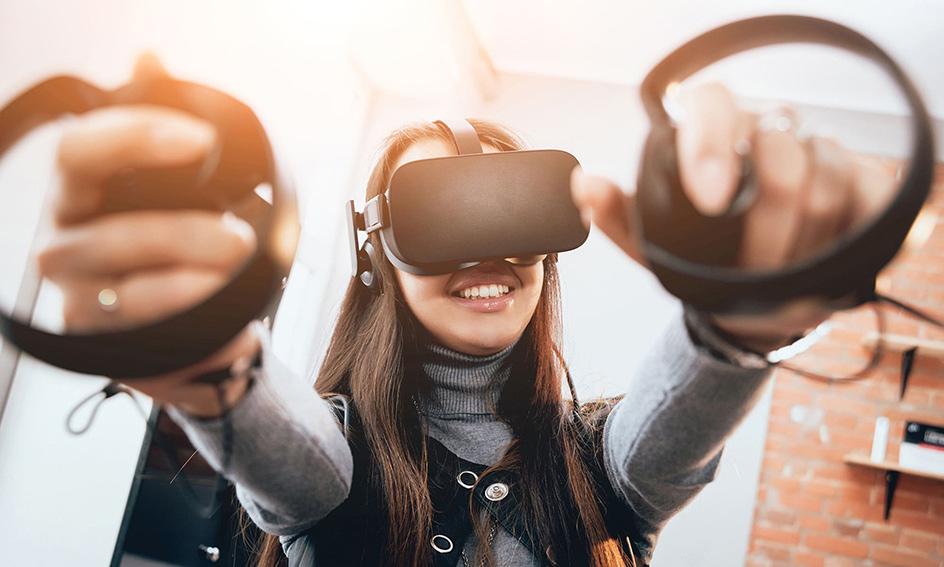 Junge Frau spielt Virtual Reality Games